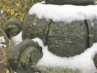 灯籠(とうろう)が雪化粧.jpg
